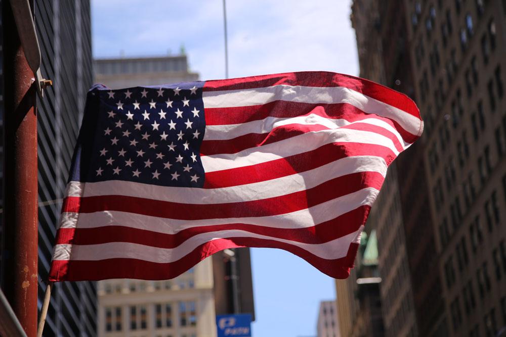 Brasileiros que moram nos Estados Unidos há cinco anos ou mais podem solicitar a cidadania norte-americana. Porém, de acordo com a constituição do país, cidadãos norte-americanos não podem ter duas cidadanias, como acontece no Brasil, sendo obrigado a abrir mão de uma ou outra. Para iniciar o processo, é preciso seguir alguns passos e cumprir determinados requisitos, que aqui apresentamos hoje.